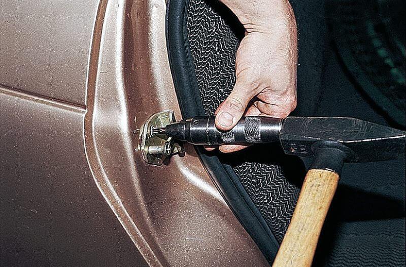 Регулируем положение двери при помощи фиксатора