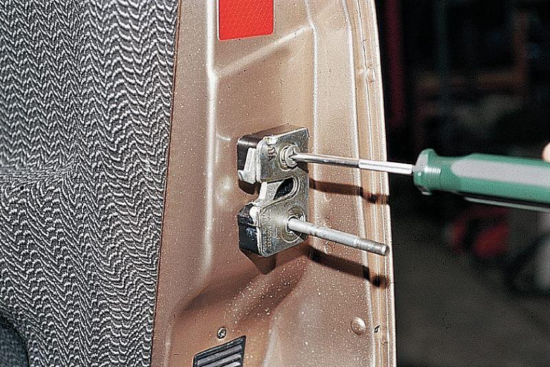 Вверните на место нижнего винта шпильку М8 75 мм и выверните верхний болт